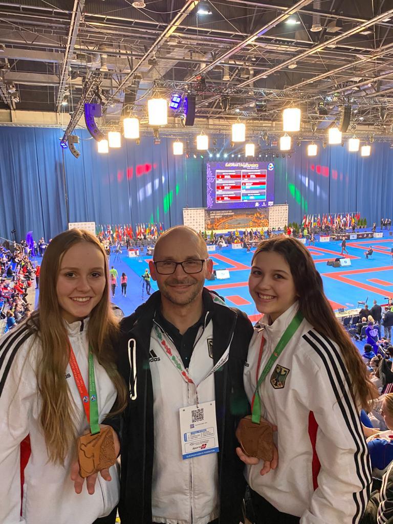 Bundes- und Landestrainer Klaus mit seinen beiden Bronzemädels